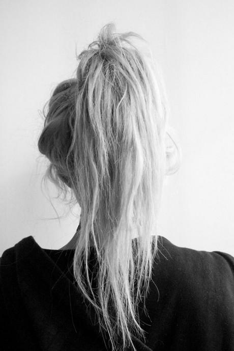 Haarverzorging tips voor  de zomer! Blond of geblondeerd haar. Denk eraan dat je blond haar beschermt in de zon! Ga voor je de zee of het zwembad induikt even onder de douche zodat je haar zich al met kraanwater heeft gevuld. Dan zuigt het zout- of chloorwater niet meer op.